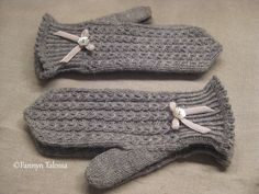 Fannyn Talossa: Mistä on kauniit lapaset tehty? Knit Mittens, Knitted Gloves, Knitting Socks, Knit Socks, Knitting Projects, Knitting Patterns, Knitting Ideas, Handmade Art, Handicraft