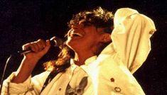 Nuove rivelazioni ribaltano la verità su Mia Martini, fu uccisa? Il 14 maggio 1995, a seguito di alcuni giorni di irreperibilità, il manager richiese l'intervento delle forze dell'ordine: i vigili del fuoco irruppero quindi nell'appartamento in provincia di Varese. Il corpo senza vita della cantante venne ritrovato riverso sul letto, in pigiama, con le cuffie del mangianastri nelle orecchie e con il braccio proteso verso un vicino apparecchio telefonico. Le i #miamart Martini, Che Guevara, Celebs, Couple Photos, Couples, People, Musica, Celebrities, Couple Pics