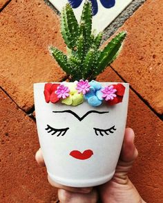 25 creative DIY ideas with beautiful pots to welcome Spring Painted Flower Pots, Painted Pots, Diy Garden Decor, Garden Art, Diy And Crafts, Arts And Crafts, Pot Jardin, Plastic Bottle Crafts, Deco Floral