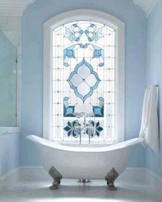 badkar på tassar, blyinfattat målat glasfönster