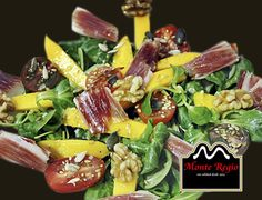 Ensalada de canónigos, rúcula, mango, nueces, tomate cherry, semillas variadas y jamón ibérico #MonteRegio ¡Nos encanta cuidarnos!