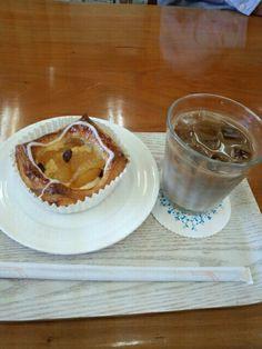 ソイコーヒーコールドとフルーツデニッシュいただいています。