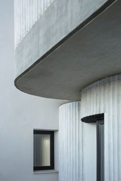 Wet adds curved extension with ribbed details to house in Seville Casa Lissen by Studio Wet residential architecture Modern Residential Architecture, Architecture Résidentielle, Minimalist Architecture, Architecture Posters, Japanese Architecture, Sustainable Architecture, Curve Building, Architecture Religieuse, Ecole Design