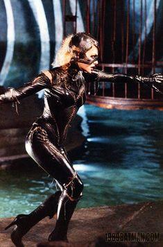 Michelle Pfeiffer Banana 55 kg cm Catwoman Comic, Catwoman Cosplay, Batman And Catwoman, Joker, Dc Movies, Comic Movies, Comic Books, Batwoman, Batgirl
