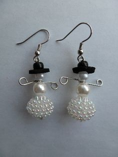 Make your very own winter wonderland that can dangle from your earlobes! Learn to make these cute beaded snowman earrings, complete with top hat.
