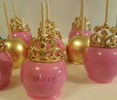 Love these pink and gold candy apples (Gold Cake Pops) Chocolate Covered Apples, Caramel Apples, Cake Pops, Colored Candy Apples, Paletas Chocolate, Gourmet Candy Apples, Baby Girl Cakes, Cake Baby, Gold Candy