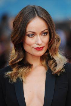I capelli color cioccolato con punte bionde di Olivia Wilde. #haircolor #brunette #hairtrend #wavyhair #redlipstick