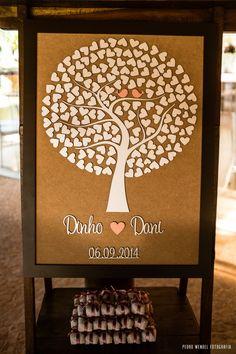 Que tal uma árvore de assinaturas diferente? Em madeira! Depois do casamento você pode usar como um quadro para decoração na casa. Legal, né?  Sugerimos que sempre se faça um coração por casal. Se tiver 150 convidados, por exemplo, faça com 80 corações para fotógrafo e cerimonialista poder as...