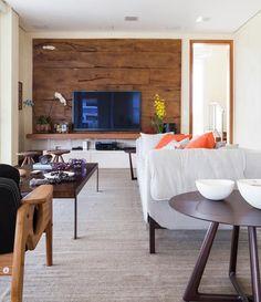 sala-de-estar-tv-painel-madeira-de-demolicao-sofa-mesa-lateral-tapete (Foto: Lufe Gomes/Divulgação)