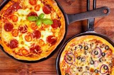 Did you know you could make pizza in a skillet? Here is the perfect way to enjoy a slice of homemade pizza without buying a pizza stone for your. Pizza Recipes, Veggie Recipes, Vegetarian Recipes, Pizza Legal, Pizza Sin Gluten, Pizza Maker, Pizza Pan, Confort Food, Making Homemade Pizza