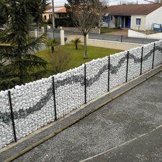 Keskeny Zenturo átlátásgátló gabion kerítés, többszínű kő díszítéssel
