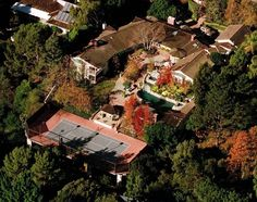 Brentwood Jim Carey has an almost surprisingly well-laid out home. The big tree at the front of the yard, the location of the pool, and the little house in front of the tennis court all create a really beautiful space.
