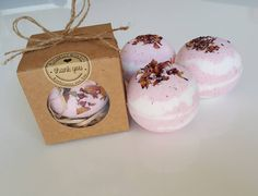 DIY Lavender Bath Bombs Ingredients: This recipe creates about 12 bath bombs. Wine Bottle Crafts, Mason Jar Crafts, Mason Jar Diy, Chalk Paint Mason Jars, Painted Mason Jars, Diy Hanging Shelves, Floating Shelves Diy, Diy Home Decor Projects, Diy Projects To Try