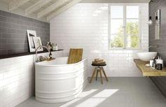 salle de bain noir et blanc avec une baignoire vintage blanche, carrelage métro blanc et gris et carrelage noir à motifs blancs - Brick Glossy
