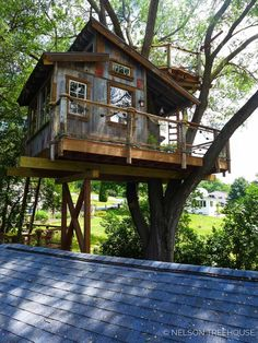 How tyo Build a Tree House - Life ideas Beautiful Tree Houses, Cool Tree Houses, Treehouse Masters, Backyard Treehouse, Tree House Plans, Tree House Designs, Diy Holz, Play Houses, Architecture Details