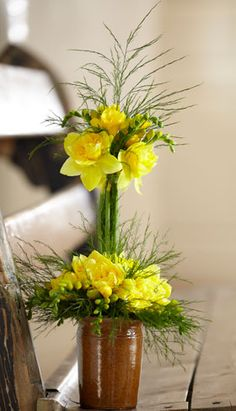 If you are missing nice Easter decorations for the Easter breakfast table, tie this double bouquet . - If you are missing a nice Easter decoration for the Easter lunch table, tie this double bouquet of - Fresh Flowers, Yellow Flowers, Pretty Flowers, Spring Flowers, Easter Flower Arrangements, Easter Flowers, Floral Arrangements, Deco Floral, Arte Floral