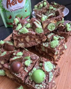 An incredibly easy no bake mint Aero traybake with crushed biscuits, mint Aero bar, and mint Aero bubbles! An quick and easy recipe perfect for parties, bake sales or a weekend treat! Bake Sale Treats, Bake Sale Recipes, Tray Bake Recipes, Easy No Bake Desserts, Candy Recipes, Sweet Recipes, Baking Recipes, Dessert Recipes, Oreo Desserts