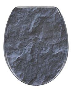 Der ausgefalleneWC-Deckel in Schiefer-Optik ist aus hochwertigem Duroplast und verfügt über eine Absenkautomatik. Gesehen für € 39,99 bei kloundco.de.