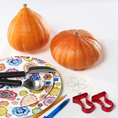 Jaké nářadí potřebujete pro krásné vyřezání dýně: ostrý nůž; lžíci; vyřezávací hroty nebo špachtličky na linoryt; tužku; šablonu obrázku, který chcete vyrýt; dýni a samozřejmě porcelán Villeroy na vkusnou dekoraci Cantaloupe, Pumpkin, Fruit, Vegetables, Halloween, Food, Manualidades, Pumpkins, Beautiful Things