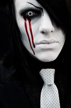 Makeup is what gives Halloweens costume a real effect. Here's a collection of pretty and scary Halloween makeup ideas for the whole family for a horror party that is perfect. Maquillage Halloween Zombie, Mens Halloween Makeup, Halloween Eyes, Zombie Makeup, Scary Makeup, Halloween 2015, Halloween Costumes For Girls, Clown Makeup, Family Halloween