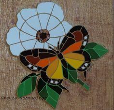 Mosaico em azulejos sobre fundo de textura. Mosaic Tile Art, Mosaic Pots, Mosaic Artwork, Mosaic Garden, Mosaic Crafts, Mosaic Projects, Mosaic Glass, Butterfly Mosaic, Mosaic Birds