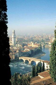 Il ponte si colloca in un punto che fin dalla Preistoria doveva presentare un guado, punto d'incontro cruciale tra diverse vie di comunicazione a cui si deve la nascita della città di Verona.Questo è anche il motivo per cui il ponte non si trova orientato in asse con i decumani della città, la quale venne ricostruita all'interno dell'ansa dell'Adige solo dopo che divenne colonia latina, nell'89 a.C. Il ponte ligneo venne probabilmente sostituito ...https://it.wikipedia.org/wiki/Ponte_Pietra