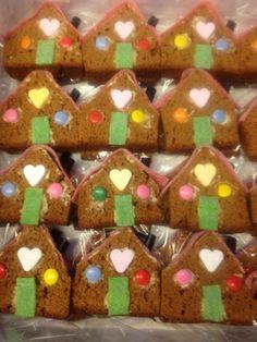 Gingerbread house Hansel and Gretel Birthday Candy, Birthday Treats, Party Treats, Birthday Parties, Gingerbread House Parties, Gingerbread Houses, Hansel Y Gretel, Little Presents, School Treats