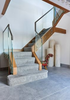 48 Luxury Glass Staircase Design Ideas For Your Dream Home Wooden Staircase Design, Staircase Metal, Carpet Staircase, House Staircase, Home Stairs Design, Staircase Railings, Wooden Staircases, Metal Railings, Stairways