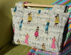 Sewing Bags Retro Sew Retro Quilted bag - When I heard that Sheila from Sewchet was requesting a pattern tester to try out her new 'Sew Retro' bag pattern, I jumped at the chance. I love a project thrust upon me. Sometimes turn… Craft Bags, Tote Pattern, Quilted Bag, Fabric Bags, Love Sewing, Knitted Bags, Handmade Bags, Vintage Sewing Patterns, Sewing Projects