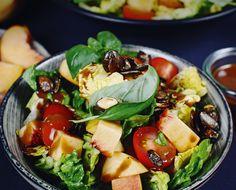 Fruchtig, frisch & lecker   Bunter Salat mit Cocktailtomaten, Pfirsichen und karamellisierten Kürbiskernen