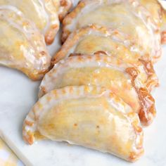 Dessert is ready in 30 minutes with these Glazed Peach Hand Pies! The flaky crust and spicy cinnamon filling are the perfect combo in a hand pie, plus they're baked not fried!- skip egg wash and swap milk in glaze with water or nut milk Fried Peach Pies, Fried Pies, Cake Pops, Peach Pie Recipes, Apple Hand Pies, Fruit Hand Pies, Peach Pie Filling, Baked Peach, Shugary Sweets