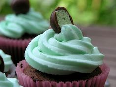 I made these yesterday for my sister's birthday celebrations tonight, and they were so delicious! Chocolate and mint is always the . Yummy Treats, Sweet Treats, Yummy Food, Mint Chocolate Cupcakes, Pretty Cupcakes, Little Cakes, Fancy Cakes, Cupcake Cookies, Beautiful Cakes