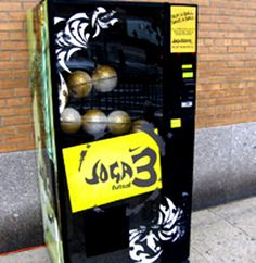 Soccer ball vending machine that doubles as a promotion for Nike Nike Soccer Ball, Play Soccer, Jaba, Messi, Vending Machines, Cool Stuff, Random Stuff, Football, Madness