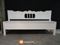 Klepbank Emma (zonder armleuning) is een wit brocante klepbank met sierlijke rugleuning en drie spijltjes. Op de foto ziet u een model van 170 centimeter. Eenvoudig te bestellen via onze website, ook in vele andere lengtes.