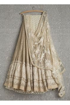 Lehengas by SwatiManish : Gold lehenga with white threadwork dupatta. Love at first sight 💓💓 Indian Lehenga, Gold Lehenga, Lehenga Choli, Net Lehenga, Sabyasachi Lehengas, Bridal Lehenga, Walima, Pakistani Bridal, Sharara