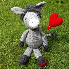 Esel Carlo. Das zweite Zeig-Herz-Tierchen im Bunde. Häkelt euch glücklich und macht gleichzeitig eure Lieben glücklich. #häkelnmachtglücklich #häkelliebe #crochetlove #crochetbeginner #häkeln #crochet #hækle #haken #diy #amigurumi #amigurumilove #pattern #howto #anleitung #häkelanleitung #creatiffity #mypatterns  #zeig_herz_tierchen