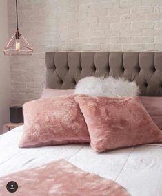 Boa noiteeee {} Combinação linda e feminina desse quarto Além da mistura do rosa e cinza amei o mix de materiais como o tijolinho Branco capitonê e as almofadas em pelúcia