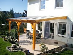 Terrassenüberdachung aus Holz: Wenn die Terrasse den Wohnraum erweitert. Sommer auf der Terrasse – was kann es Schöneres geben? Hier kann man jede freie