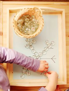 Tablett-Idee - Eiskristalle mit Glasnuggets legen Tray Idea - Laying Ice Crystals with Glass Nuggets Montessori Blog, Montessori Trays, Montessori Materials, Christmas Tree Themes, Christmas Cards To Make, Preschool Themes, Preschool Crafts, Toddler Learning, Toddler Toys