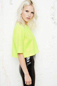 Sparkle & Fade - T-shirt court en néoprène fluo chez Urban Outfitters