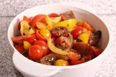 Salată de roşii (tomato salad, with sliced onions, bell peppers, and cucumber. Flavored with dill or parsley. Tomato Salad, Fruit Salad, Parsley, Cucumber, Stuffed Peppers, Vegetables, Onions, Food, Traditional