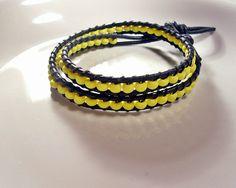 Wickel - Armband aus  schwarzem Lederband und schlichten gelben Kunststoffperlen.  Dieses lässige Armband (ausnahmsweise mal ohne Glitzer und Glamo...