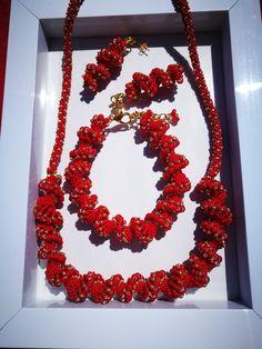 Bracelet, necklace and earrings by Manufaktura Leo. Hand made beads. Leo, Christmas Wreaths, Jewelry Making, Bracelet, Beads, Holiday Decor, Earrings, Handmade, Home Decor
