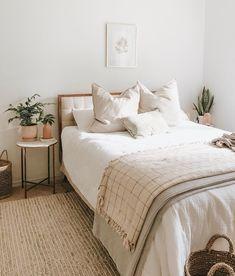 simple modern bedroom design - elegant home decor inspiration Home Decor Bedroom, Bedroom Furniture, Bedroom Ideas, Bedroom Small, Bedroom Colors, Cozy Bedroom, Girls Bedroom, Single Bedroom, Bedroom Red