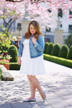Jeansjacke kombinieren: Super frisch mit weißem Kleid und Ballerinas