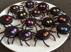 Leuke traktatie: Oreo-spinnen met dropveter poten en mini smarties als ogen. Bolo Halloween, Halloween Desserts, Halloween Food For Party, Halloween Cookies, Halloween Decorations For Kids, Healthy Halloween, Group Halloween, Easy Halloween, Halloween Costumes