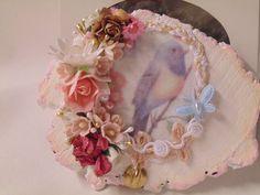 Azúcar, Hogar y Diseño Portallaves sobre rodaja de madera. Imagen sublimada en tela. Pasamanería fina, Flores.