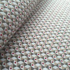 Tissu+de+coton+NOHO+à+triangles+gris,+taupe+et+blancs+à+pois+rouges+-+Oekotex