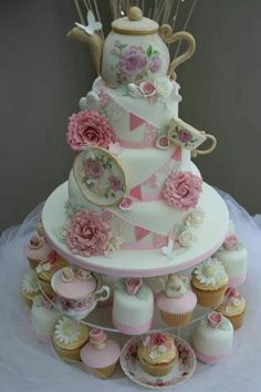 Love love love this Vintage Tea Party Cake! Pretty Cakes, Beautiful Cakes, Amazing Cakes, 60th Birthday Cakes, Tea Party Birthday, Afternoon Tea Birthday Cake, Tea Cakes, Cupcake Cakes, Tea Party Cakes