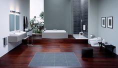 geräumiges Bad in dunklen Farben mit Holzboden aus Teakholz